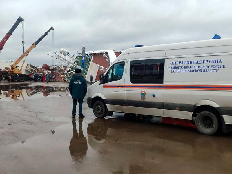 На судоремонтном заводе под Петербургом опрокинулся строящийся траулер