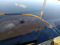 В областном МЧС сообщили, что пятно на реке обследовали с беспилотников. Его протяженность, по предварительным данным, составляет 20 км, ширина - около 15 м. Сотрудники МЧС установили 80-метровые боны в речном порту и собираются поставить дополнительные заграждения ниже по течению