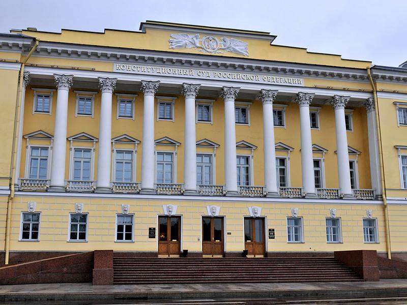 Конституционный суд (КС) РФ признал уголовную статью о повторном нанесении побоев не соответствующей Основному закону страны. Об этом сообщается в постановлении суда