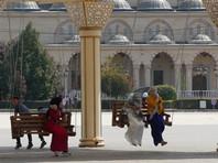 По законам шариата мужчина может взять себе четырех жен, содержа их в равной степени и в равной же степени уделяя им внимание