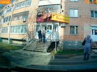 В Ижевске на двух проходивших по улице девушек упала часть балкона жилого дома (ВИДЕО)