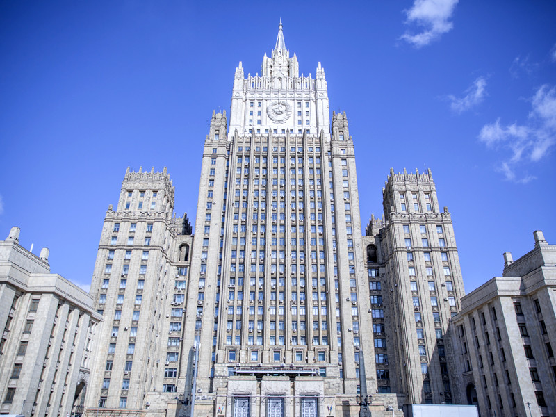 В МИД РФ им вручили ноты протеста, заявив решительный протест в связи с высылкой российских дипломатов из стран Балтии и Словакии, и сообщили об объявлении четырех сотрудников их дипмиссии персонами нон-грата