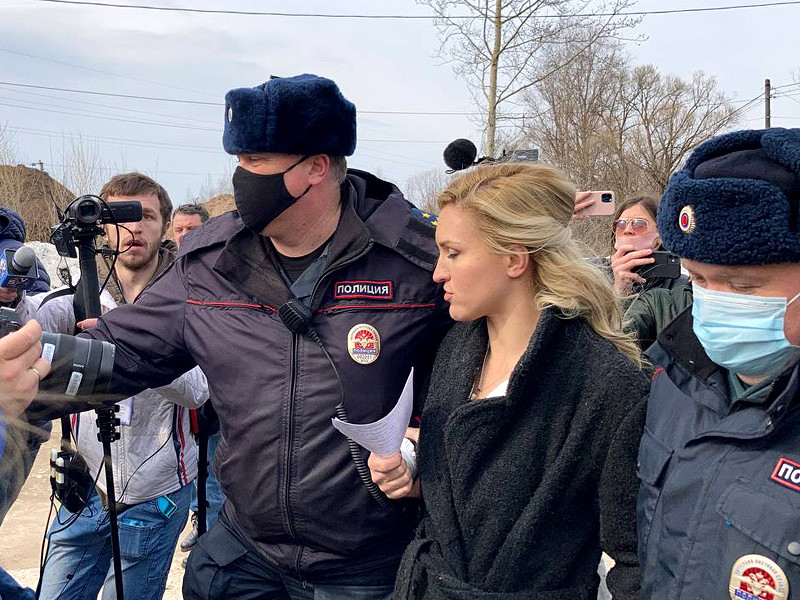 """Главу """"Альянса врачей""""* и журналистов задержали возле колонии Навального"""