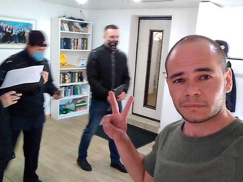 Силовики пришли с обысками в штаб Алексея Навального в Иркутске после звонка о том, что там якобы есть экстремистская литература