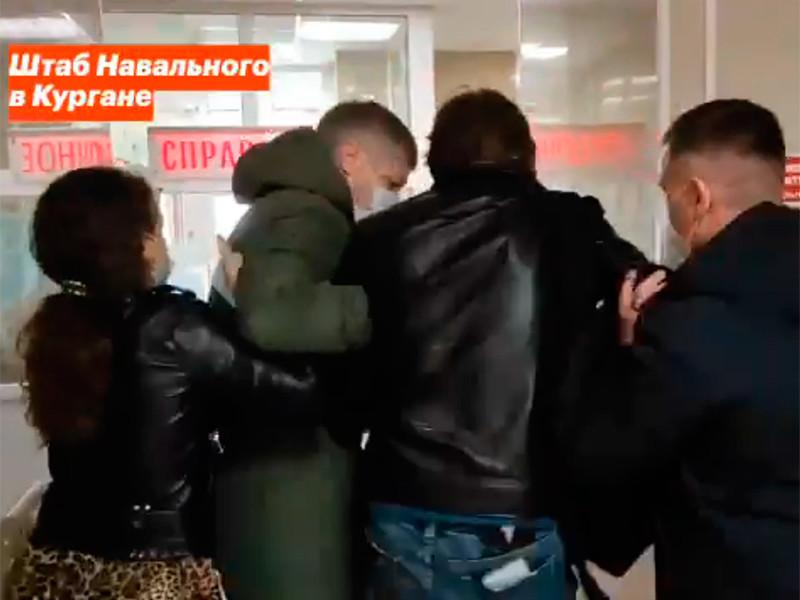 В регионах начались задержания сотрудников штабов Навального и обыски накануне акций протеста, намеченных на день Послания Путина