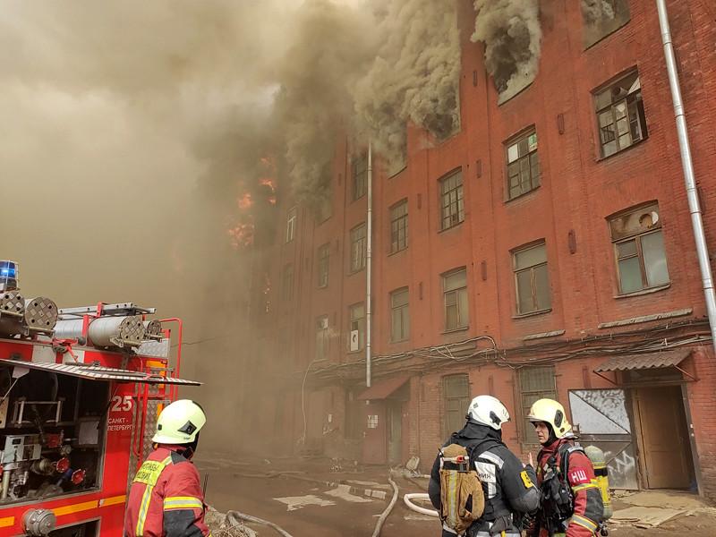 Около 12:30 возник пожар на четвертом этаже здания на Октябрьской набережной, 50. Возгорание произошло на четвертом и пятом этажах шестиэтажного здания