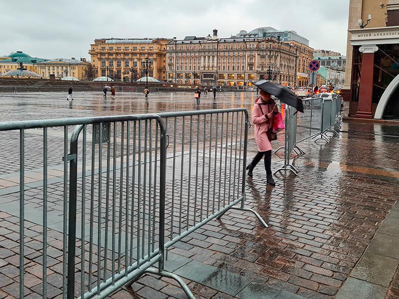 В Москве с самого утра 21 апреля перекрыты все основные улицы и площади, прилегающие к Кремлю. Металлические ограждения выставлены на Манежной площади, где должна была пройти акция в поддержку Алексея Навального