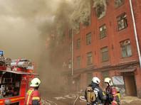 Пожар на территории бывшей ткацкой фабрики на Октябрьской набережной, помещения в которой сдают в аренду, начался на одном из верхних этажей пятиэтажного здания. Специалисты МЧС получили сигнал о возгорании в 12:35