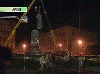 К 16 часам 22 августа на площади вокруг монумента собрались не менее семи тысяч человек, звучали призывы не только к сносу памятника, но и к штурму расположенного напротив здания КГБ СССР