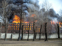 """Петербургские пожарные уже более суток не могут окончательно потушить завалы на месте сгоревшего производственно-складского здания АО """"Невская мануфактура"""""""