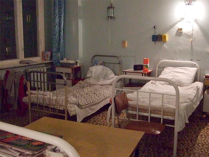 После появления в сети видеоролика, где медсестры московской больницы издеваются над пожилой пациенткой, начата проверка, по ее результатам сотрудники могут быть отстранены от должности
