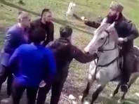 Администрация Новолакского района Дагестана прокомментировала видео, на котором местная полиция останавливает колонну всадников с флагами Чечни