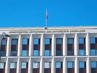 Как пояснили в МВД, решение о приобретении гражданства РФ подлежит отмене в случае его получения на основании подложных документов или заведомо ложных сведений, а также при ведении деятельности, которая представляет угрозу основам конституционного строя