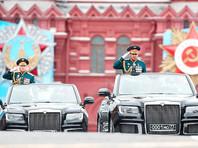 Парад, начавшийся под бой кремлевских курантов в 10:00, принимает министр обороны РФ Сергей Шойгу. Командует парадом главком Сухопутных войск Олег Салюков