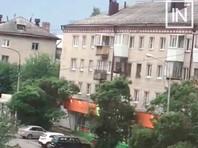В Екатеринбурге мужчина открыл стрельбу с балкона, ранены девочка и сотрудник Росгвардии (ВИДЕО)
