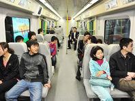 В китайском метро иностранка станцевала пол-дэнс, использовав вместо шеста поручни вагона