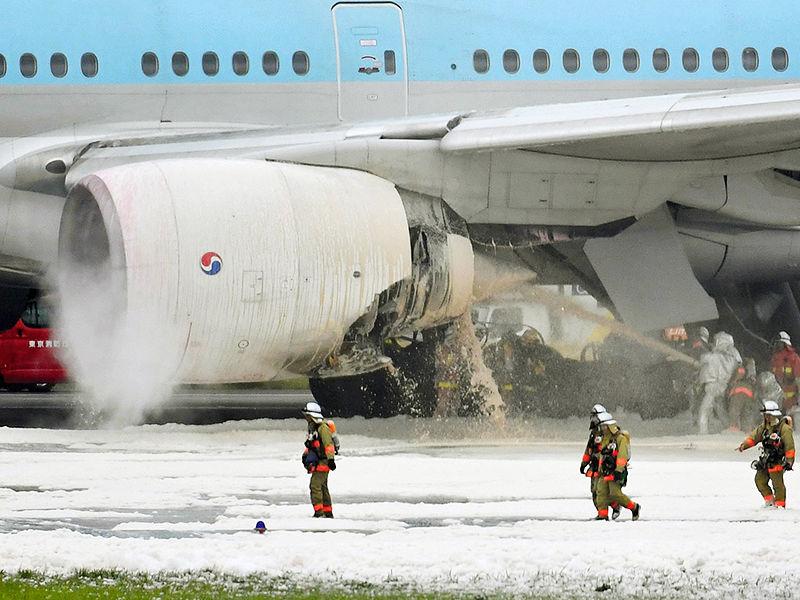 """Чрезвычайное происшествие произошло в аэропорту японской столицы Токио """"Ханеда"""". На борту пассажирского самолета Boeing 777 авиакомпании Korean Air, который готовился к взлету, внезапно начался пожар"""