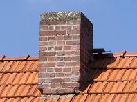 В Дании мужчину, скакавшего по крышам, пришлось вызволять из дымохода с помощью спасателей