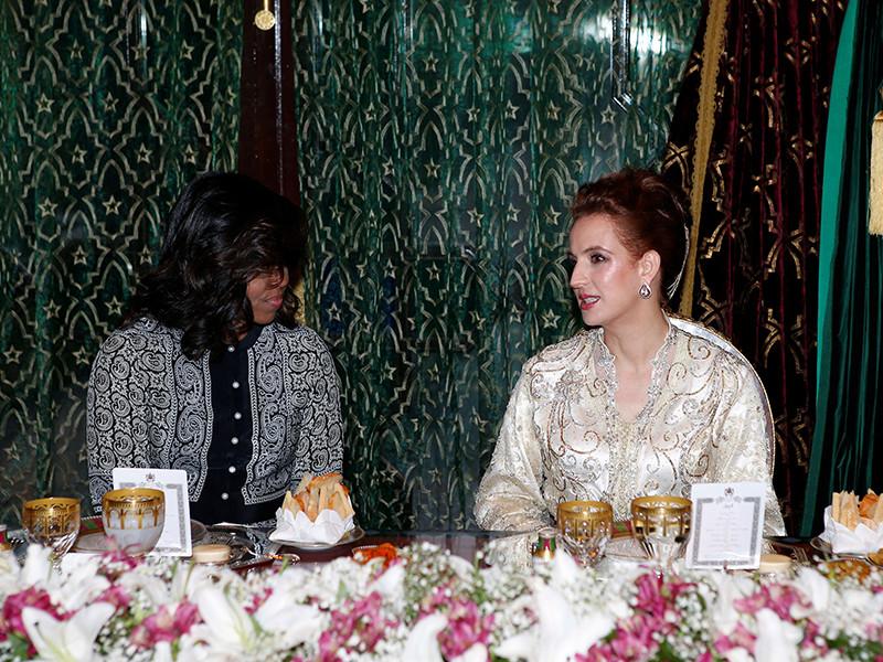 Семья американского лидера вечером 27 июня прибыла в Марракеш, где днем позже приняла участие в ифтаре - традиционном, следующем после вечерней молитвы, приеме пищи в период Рамадана