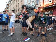 Ранее полиция Лилля задержала группу российских журналистов, снимавших драку российских и английских футбольных фанатов в центре города