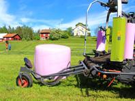 Финские фермеры в поддержку женщин, страдающих от рака груди, раскупили розовую пленку для сена