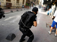 Для разгона толпы полицейские применили слезоточивый газ и резиновые пули