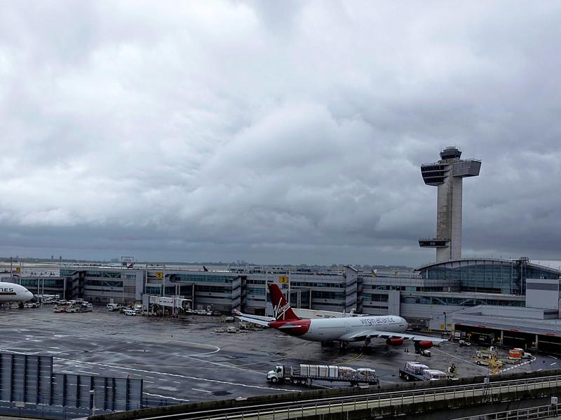 В Нью-Йорке один из терминалов международного аэропорта имени Джона Кеннеди (JFK) по тревоге эвакуируют. По информации журналистов, в здании аэровокзала был обнаружен подозрительный предмет