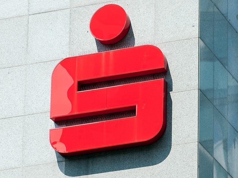 В одном из видео 2013 года на экране был размещен номер счета в подразделении банка Sparkasse в Дюссельдорфе с целью сбора пожертвований. По данным издания, в настоящее время счет закрыт, за этот период на него поступили всего два платежа
