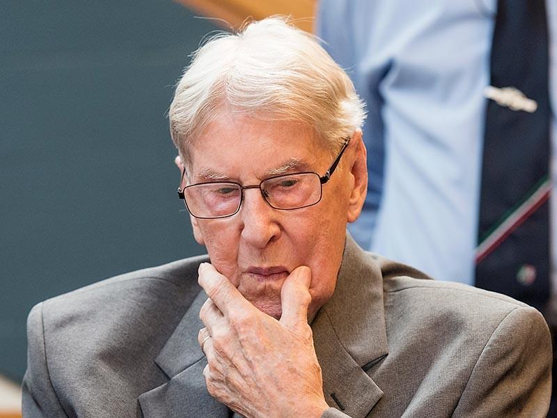 Бывший охранник концентрационного лагеря Освенцим Райнгольд Ганнинг признан виновным в пособничестве убийству почти 170 тысяч человек. Земельный суд немецкого города Детмольд приговорил бывшего 94-летнего эсесовца к пяти годам лишения свободы