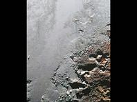 В нижнем правом углу равнины переходят в гористую местность, которая носит неофициальное название Крун Макула. По данным NASA, она примерно на 2,5 километра возвышается над окружающей равниной Спутник