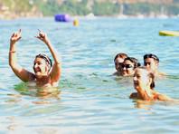 Члены старинного нудистского клуба из Восточной Германии пожаловались на действия властей, собирающихся запретить им купаться голышом в озере, около которого планируется открыть приют для беженцев
