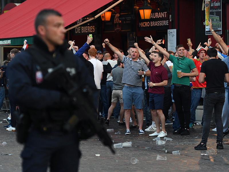 На момент задержания журналисты российских изданий снимали нападение английских болельщиков на российских фанатов в центре города