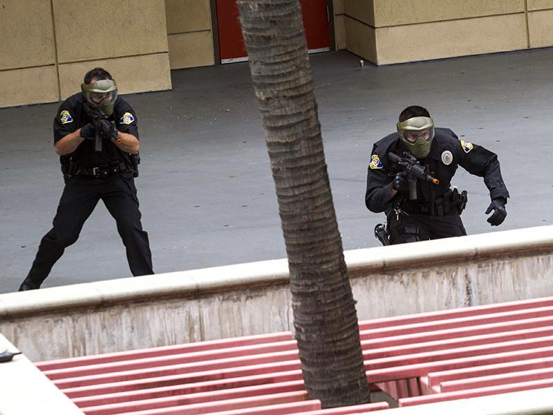 Мужчину с арсеналом оружия, включая штурмовые винтовки и, возможно, взрывчатку, задержали по дороге на ЛГБТ-фестиваль в Лос-Анджелесе