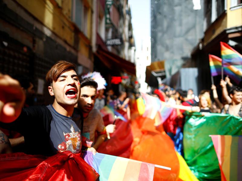Около 50 активистов ЛГБТ-сообщества собрались 19 июня на площади Таксим в Стамбуле