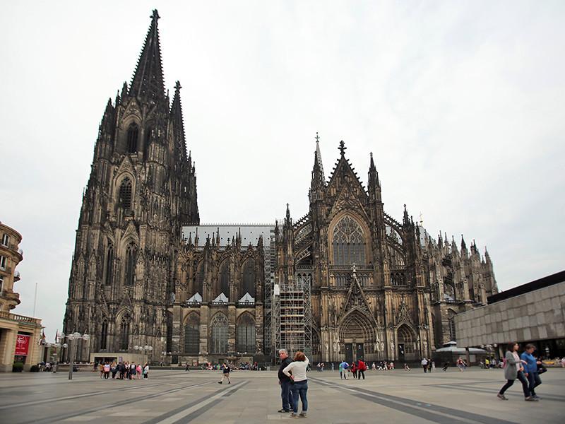 Шестеро российских футбольных болельщиков, задержанные за нападение на испанских туристов в немецком городе Кельн, обвиняются по трем статьям уголовного кодекса ФРГ