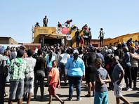 Местные жители протестуют против решения правящей партии Африканский национальный конгресс (ANC), которая решила на предстоящих выборах главы метрополии вместо действующего мэра Кгосиентшо Рамокпоги выставить кандидатуру Тхоко Дидизы