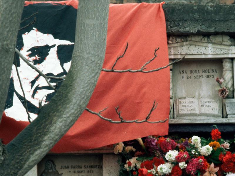 Виктор Лидио Хара Мартинес был хорошо известен в Чили в 1960 - 1970-х годах. Он был преподавателем технического вуза, театральным режиссером, поэтом, музыкантом и членом Коммунистической партии