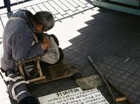 В Китае сняли штаны с попрошайки, прикидывавшегося безногим инвалидом (ВИДЕО)