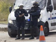 Корреспондент Normandie сообщает, что район происшествия оцеплен. По его данным, одного человека эвакуировали с места происшествия на носилках