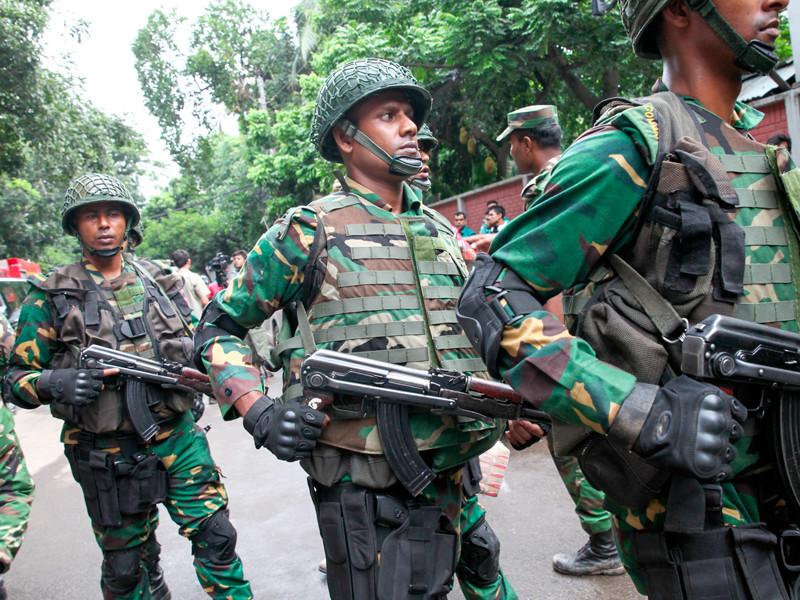 В Бангладеш неизвестные взорвали бомбы в толпе верующих, собравшихся на молитву по случаю окончания Рамадана