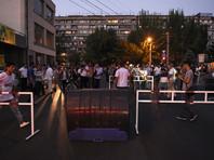 В захваченном здании полиции в Ереване раздались выстрелы, четверо полицейских получили ранения