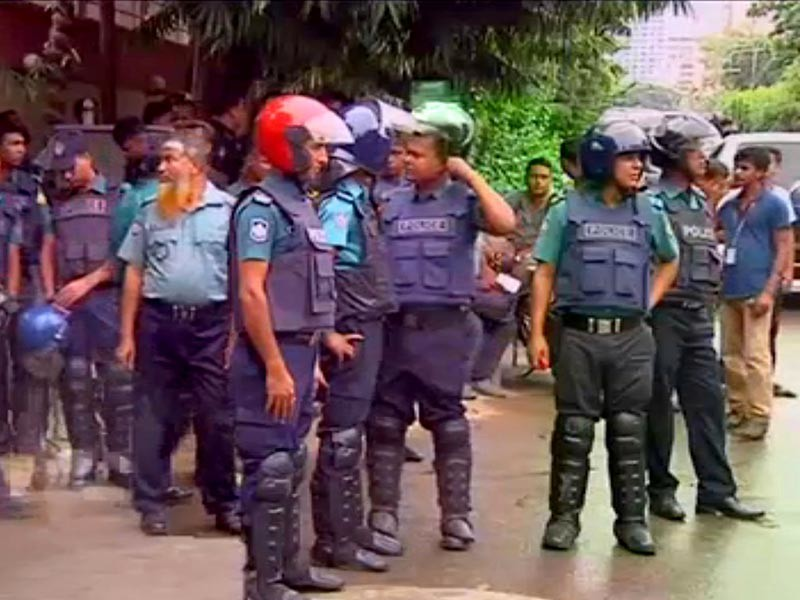 Силы безопасности Бангладеш в ходе спецоперации освободили не менее 13 заложников из захваченного ресторана в столице странны Дакке