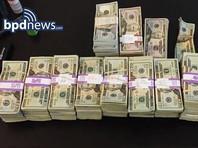В США таксист вернул рассеянному пассажиру мешок денег