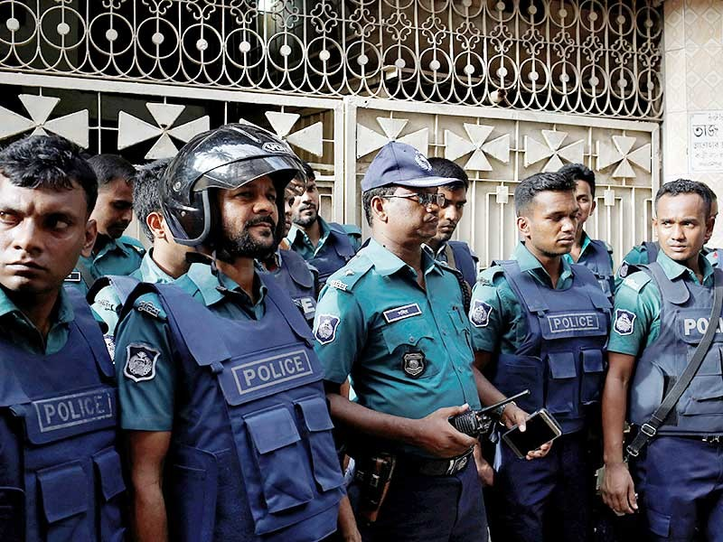 Полиция Бангладеш ликвидировала девять боевиков в ходе спецоперации, проведенной в столице страны Дакке 26 июля. Убитые, возможно, связаны с террористами, захватившими заложников в Дакке 1 июля