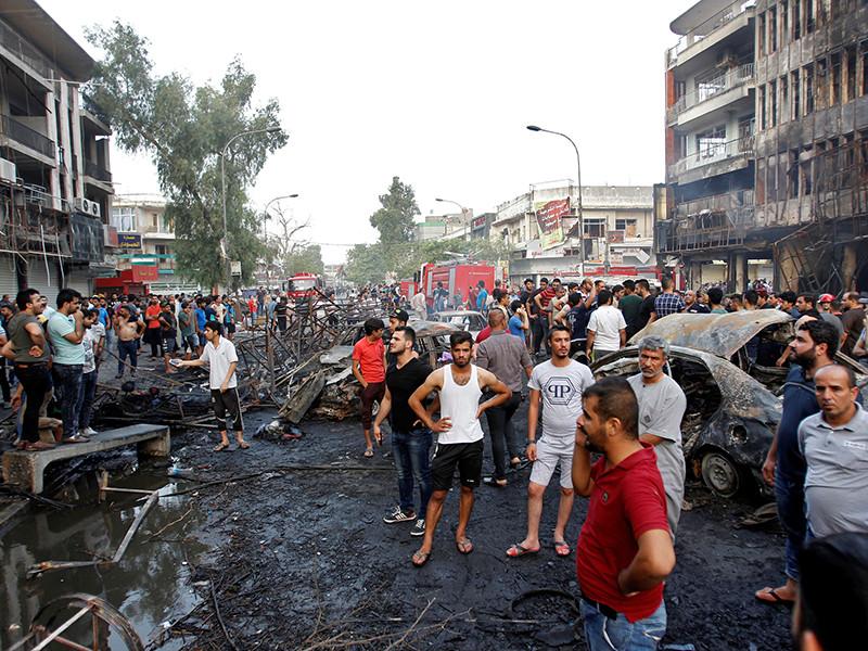 """Нападение на кортеж произошло в центре города на месте теракта. Люди из толпы кричали премьеру """"Собака!"""" и """"Вор!"""". После этого кортеж аль-Абади покинул место теракта"""