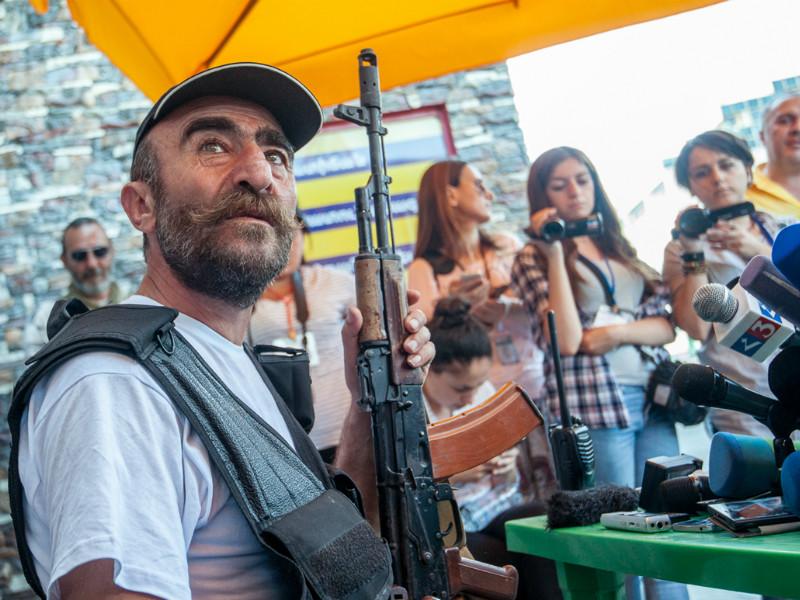 Произошла также перестрелка, пострадали один полицейский, а также лидер вооруженной группировки Павел Манукян (на фото) и его сын Арам, заявил пресс-секретарь полиции Армении
