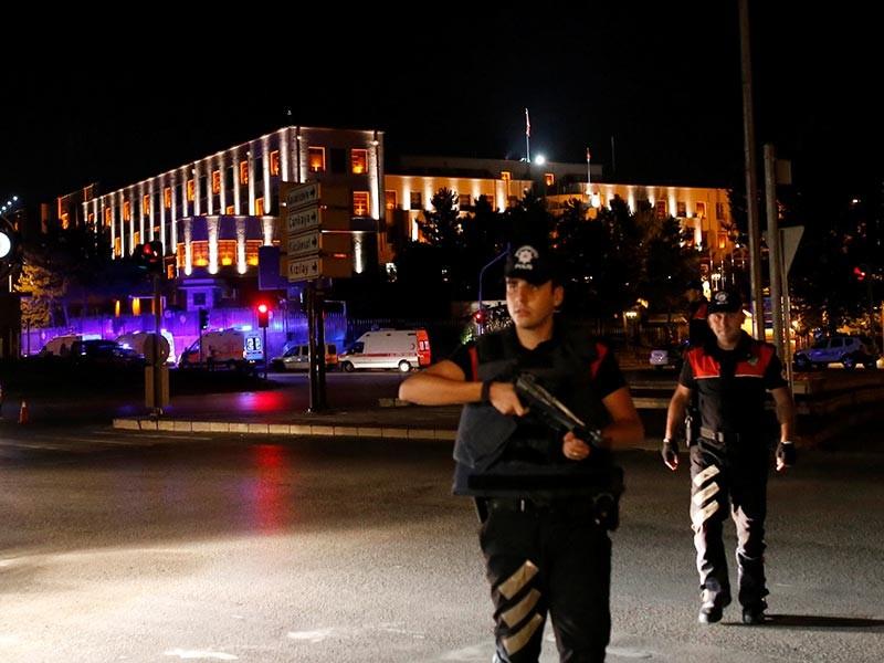 По данным свидетелей Reuters, в Анкаре слышна стрельба, над городом летают истребители и вертолеты