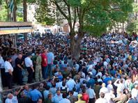 В Абхазии оппозиционеры, требующие отставки главы МВД, прорвались к зданию ведомства, выломав ворота
