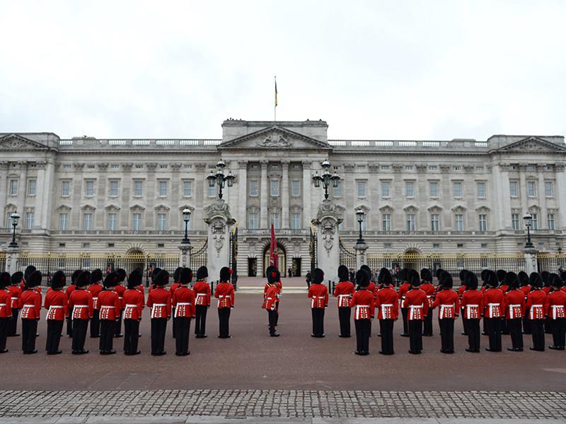 На кухню Букингемского дворца требуется помощник, который будет помогать готовить еду королевским поварам и следить за чистотой