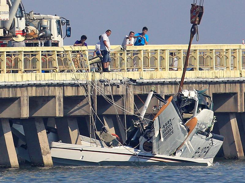 В Шанхае гидросамолет Cessna 208B, на борту которого находились 10 человек, включая двух пилотов, врезался в мост